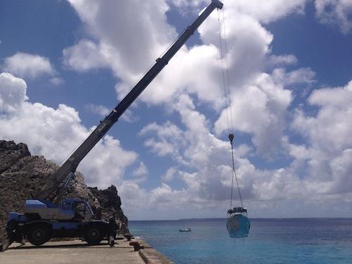 [沖縄]これは凄い!北大東島 船をクレーンで海から引き上げている動画!