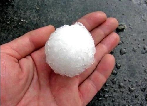 [茨城]のゴルフボール級の雹(ひょう)とオーストラリア・メルボルンのテニスボール級の雹の動画が凄まじい