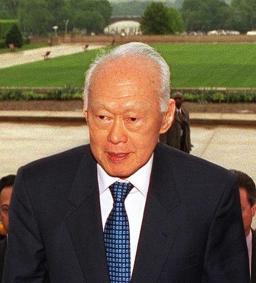 リー・クアンユーは、どのようにしてシンガポールの公用語を英語にしたのか?